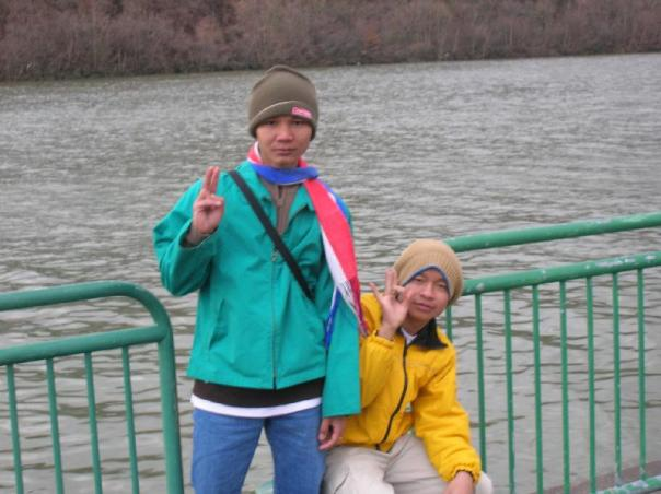 Eh Htoo and Eh Lay Kler at the Kanawa River in Charleston, WV